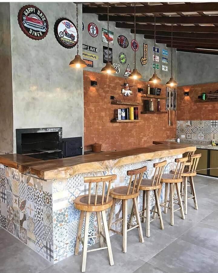 Área gourmet rustica decorada com bancada de madeira e ladrilho hidráulico Foto Decor Fácil