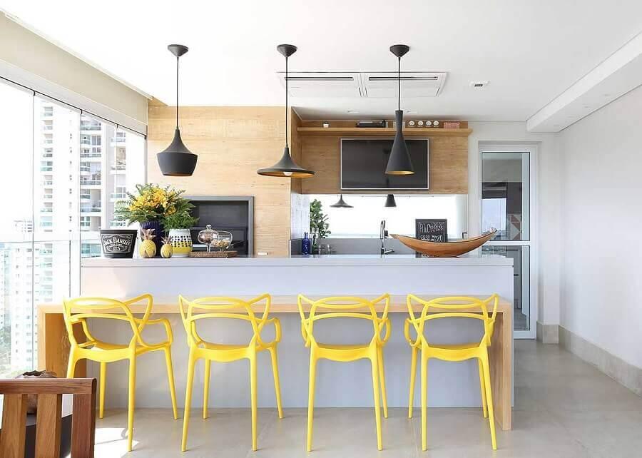 Cadeira amarela para decoração apartamento com área gourmet moderna com churrasqueira Foto Karen Pisacane