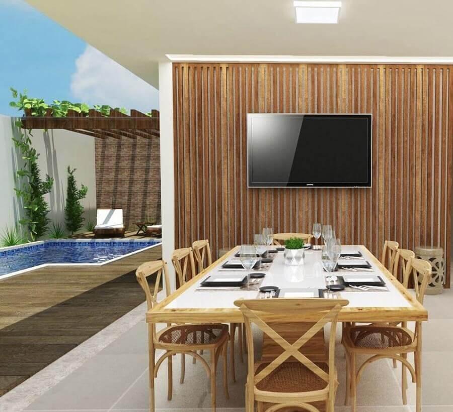 Painel ripado de madeira para decoração de área gourmet externa com piscina Foto Otimizi