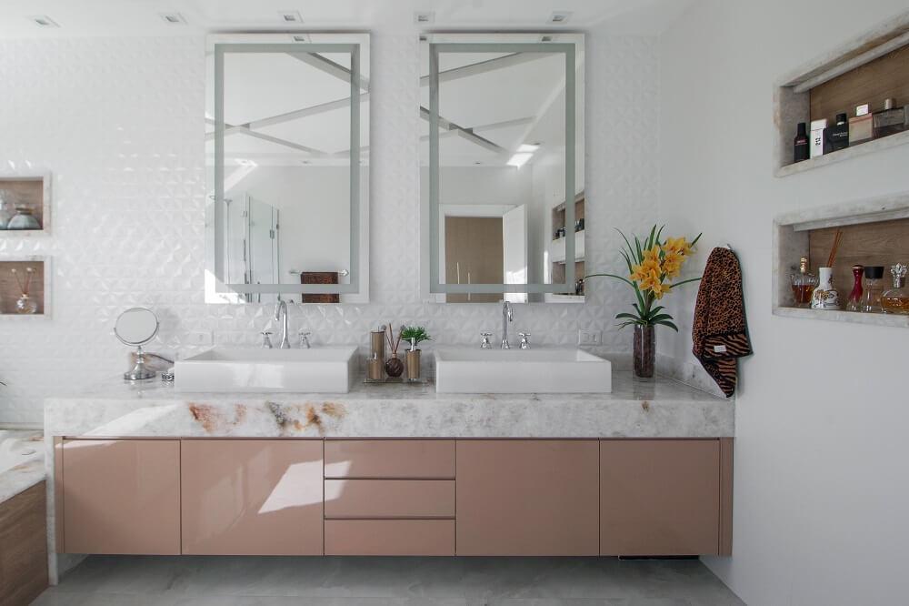 As duas cubas e espelhos do banheiro trazem praticidade para o dia a dia do casal. Fonte: Gustavo Bresciani