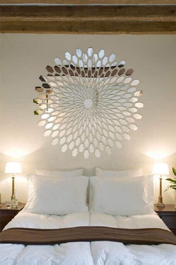 cabeceira feita com modelo bisotado de espelho para quarto