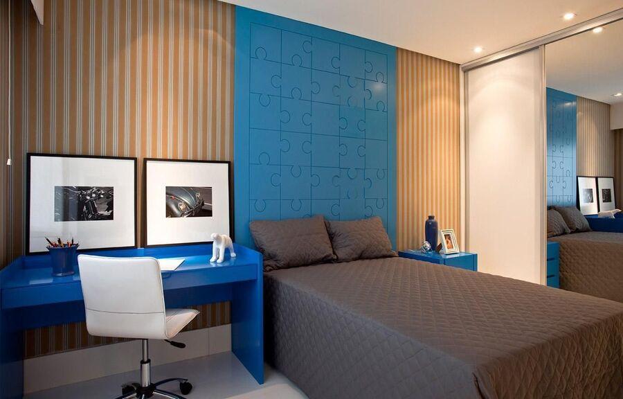 espelho para quarto - papel de parede listrado e escrivaninha planejada