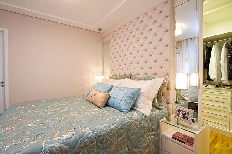 espelho para quarto - quarto de casal com cabeceira estofada