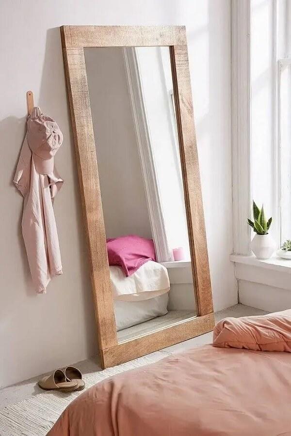 Espelho para quarto grande com moldura de madeira. Fonte: Sincerely Laura Leigh