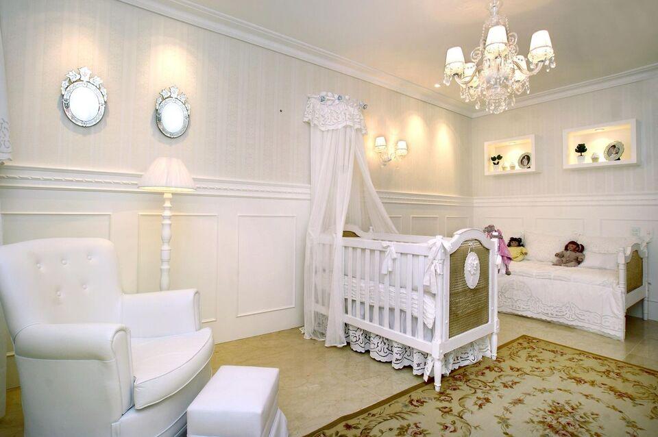 espelho para quarto - ambiente com marcenaria branca e tapete estampado