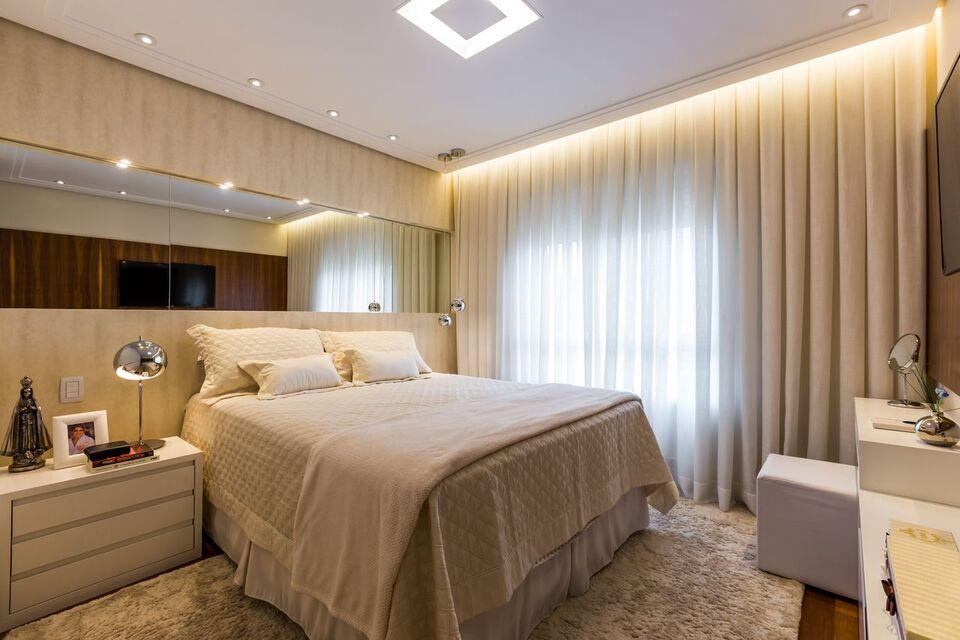 espelho para quarto - cortina de linho iluminada e tapete de pelinho