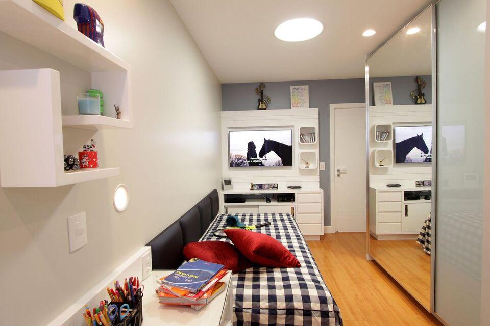espelho para quarto - piso de madeira com parede clara