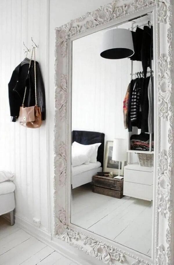 Espelho para quarto veneziano grande com moldura branca. Fonte: TheBoxtc