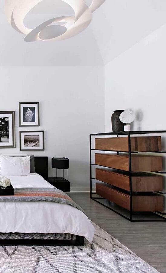 Decoração com modelo moderno de cômoda gaveteiro para quarto de casal Foto Decor Fácil