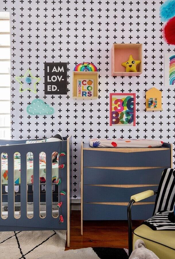 Cômoda gaveteiro para quarto de bebê decorado com papel de parede preto e branco Foto MOOUI