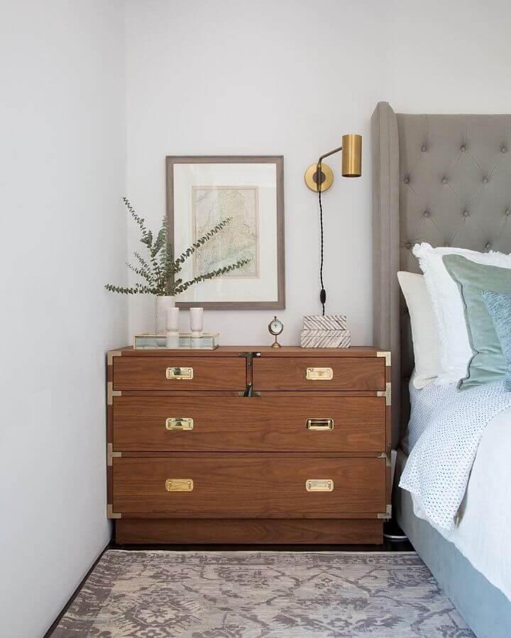 Cômoda gaveteiro para quarto de casal decorado com cabeceira cinza capitonê Foto Casa Vogue