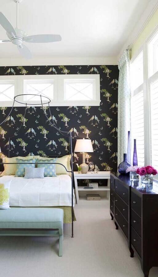 Cômoda gaveteiro para quarto decorado com cama de ferro e papel de parede preto Foto Homify