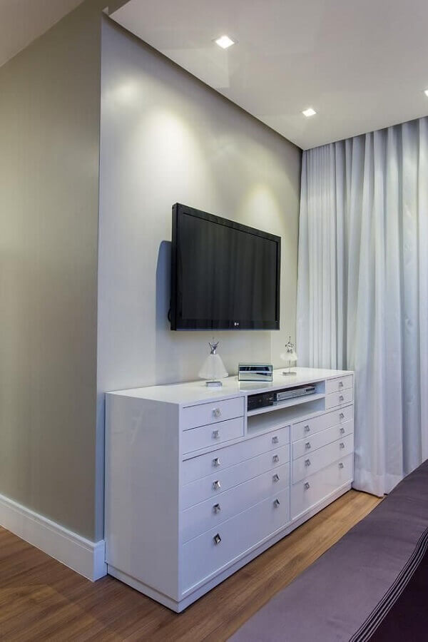 Cômoda gaveteiro para quarto decorado com TV na parede Foto Milla Holtz e Bruno Sgrillo
