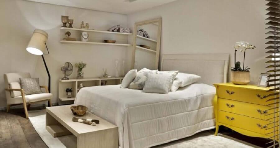 Decoração com cômoda amarela gaveteiro para quarto em cores neutras Foto Líder Interiores