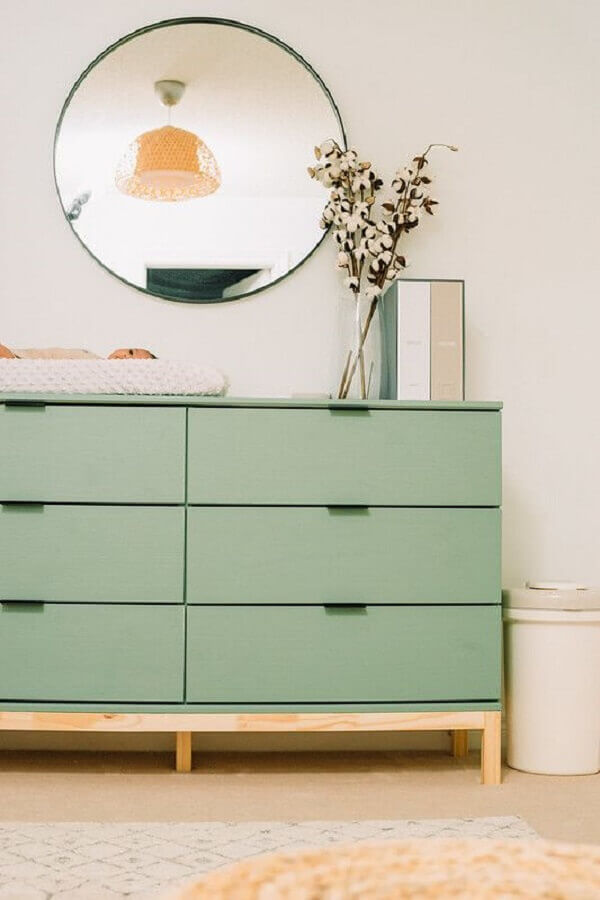 Decoração com espelho redondo e cômoda gaveteiro para quarto Foto Home Fashion Trend