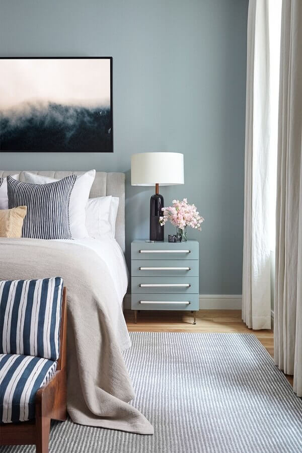 Decoração com gaveteiro baixo para quarto azul de casal Foto Home Fashion Trend
