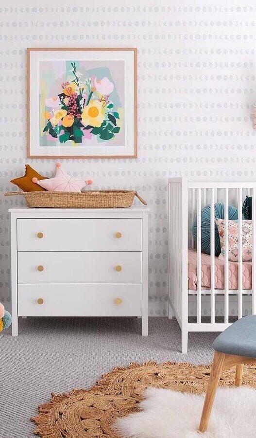 Decoração com gaveteiro branco para quarto de bebê com papel de parede delicado Foto Decor Fácil