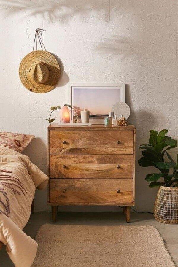 Decoração simples com gaveteiro de madeira para quarto Foto Casa Tres Chic