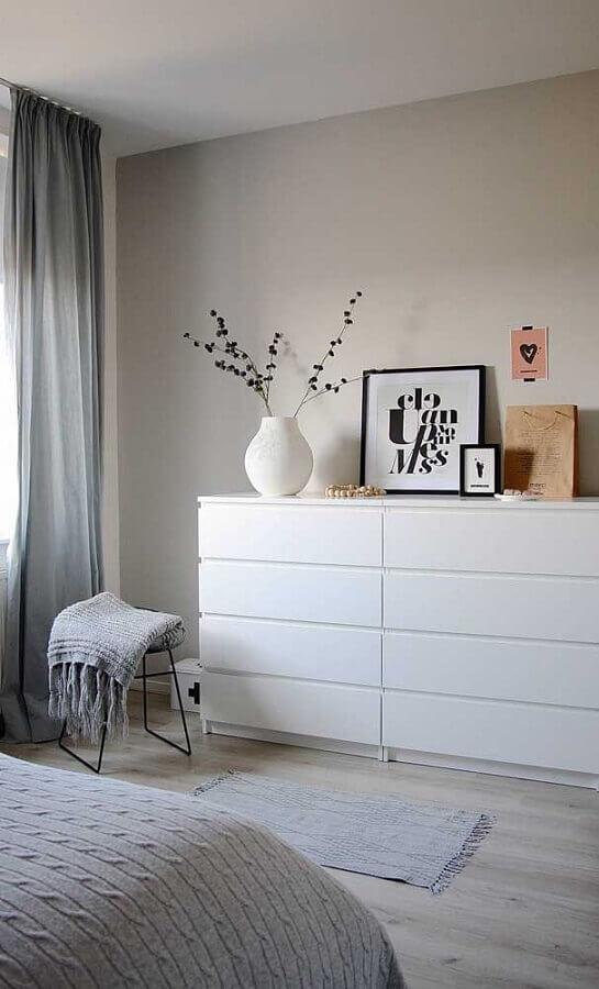 Decoração simples em cores claras com gaveteiro para quarto Foto Apartment Therapy