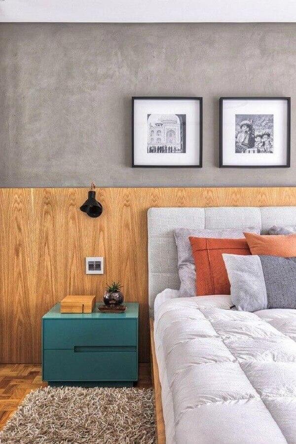 Decoração moderna com parede de cimento queimado e gaveteiro baixo para quarto Foto Casa Vogue