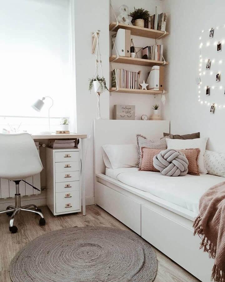 Decoração simples com gaveteiro pequeno para quarto com escrivaninha Foto Achzine