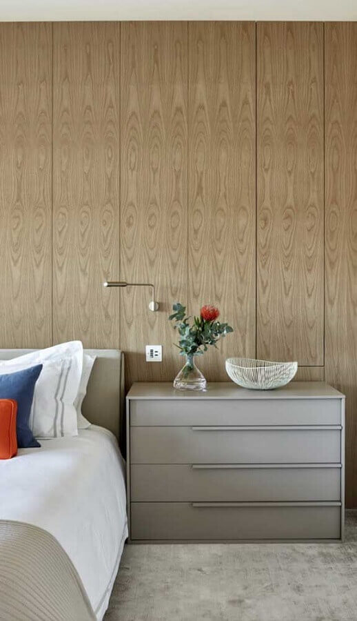 Gaveteiro organizador para quarto de casal decorado com parede de madeira Foto Apartment Therapy