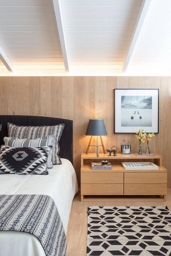 Gaveteiro para quarto amadeirado decorado com tapete geométrico Foto Constance Zahn