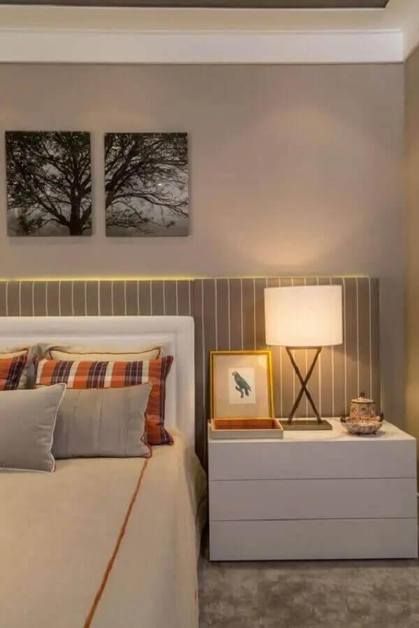 Gaveteiro para quarto de casal decorado em cores claras com cabeceira estofada Foto Casa Tres Chic