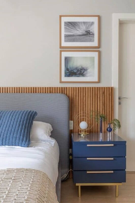 Gaveteiro pequeno para quarto decorado com cabeceira cinza e painel ripado Foto Casa Abril