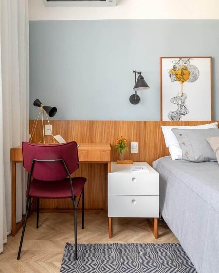 Gaveteiro pequeno para quarto decorado com cabeceira de madeira e penteadeira pequena Foto Historias de Casa