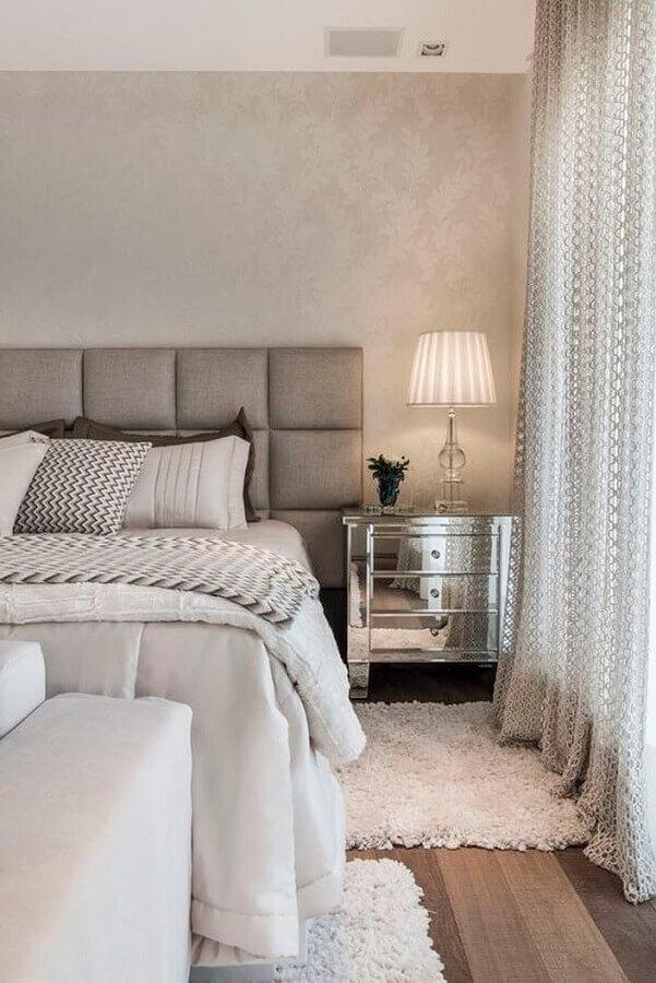 Decoração sofisticada com cabeceira estofada cinza e gaveteiro para quarto espelhado Foto Aldo Cespeda