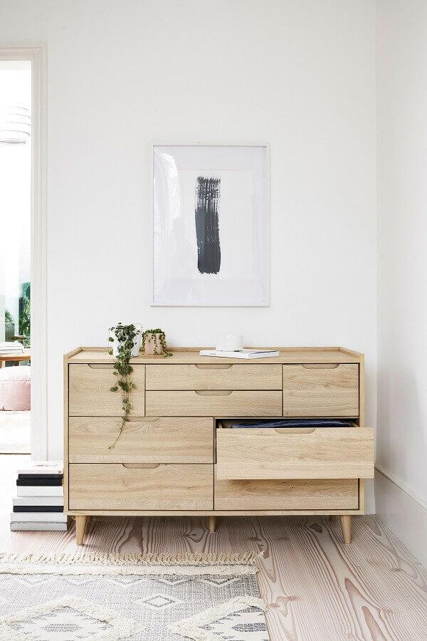 Decoração clean com gaveteiro de madeira para quarto branco Foto Next.co