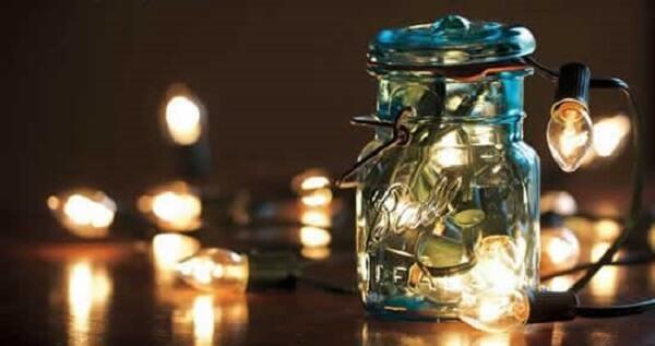 Reaproveite os potes de vidro e inclua luzes de natal em seu interior