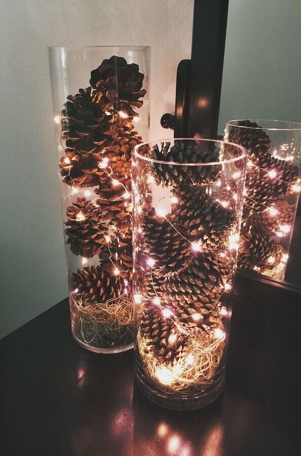 arranjo feito com pinhas e luzes de natal Foto Pinterest