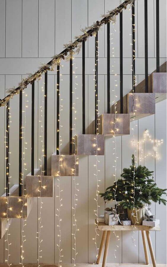 Escada decorada com cortina de luzes de Natal Foto Divina Haus