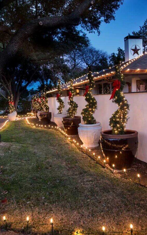 Ideia de decoração com luzes de Natal para área externa Foto No Decora