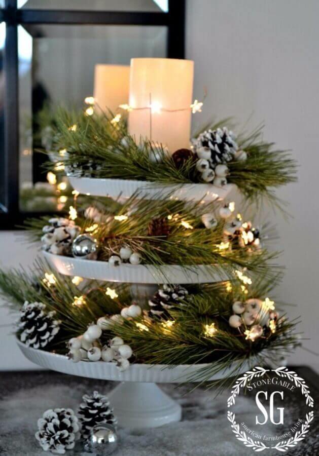 arranjo natalino decorado com luzes de natal e pinhas Foto HomeDecorish