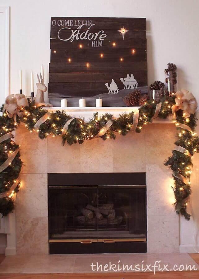 lareira decorada com luzes de natal Foto The Kim Six Fix