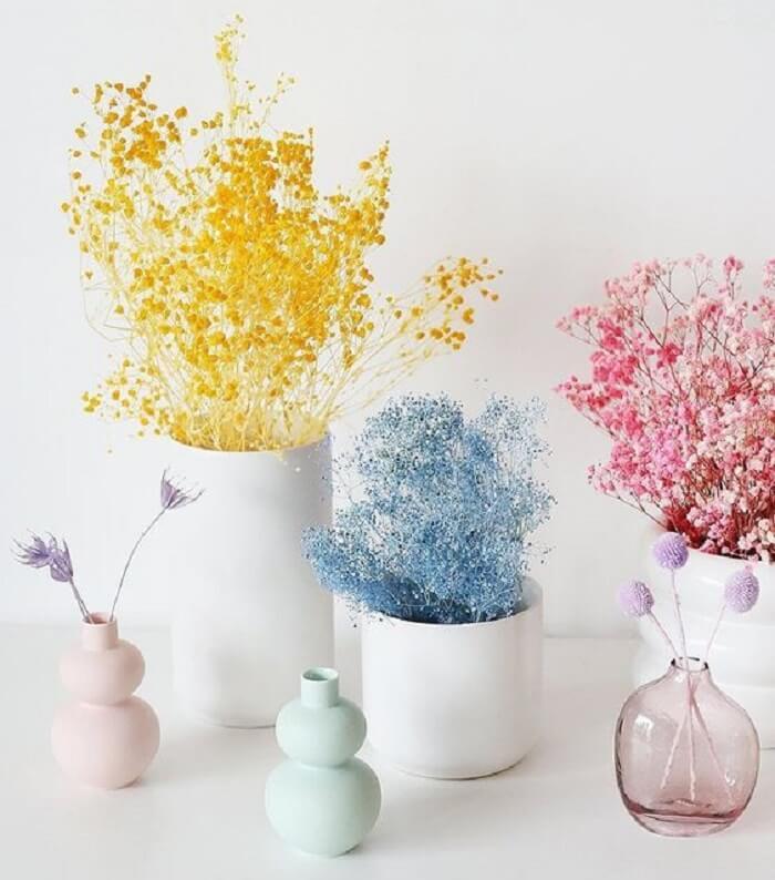 Coloque os ramos de flores secas dentro do vasinho improvisado. Fonte: Decorative