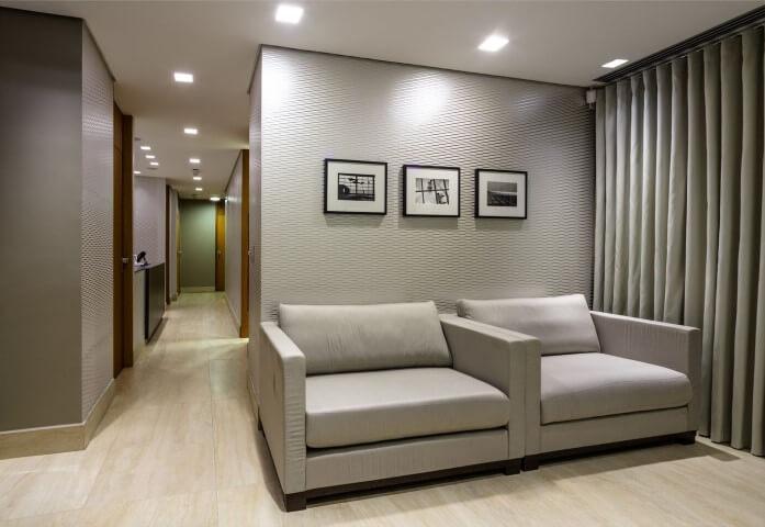 Sala com papel de parede 3D com textura Projeto de Teresinha Maia de Carvalho