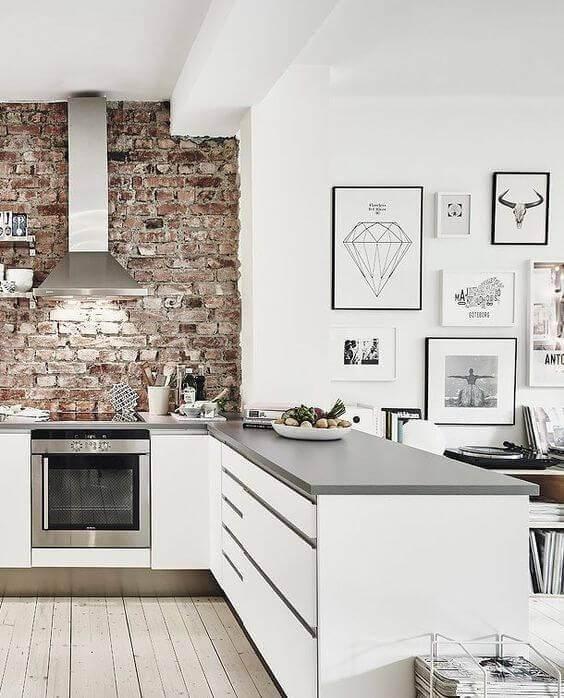 Cozinha branca com papel de parede 3D de tijolos