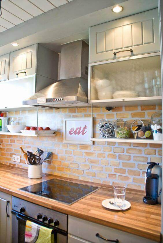 Cozinha com papel de parede 3D de tijolinhos