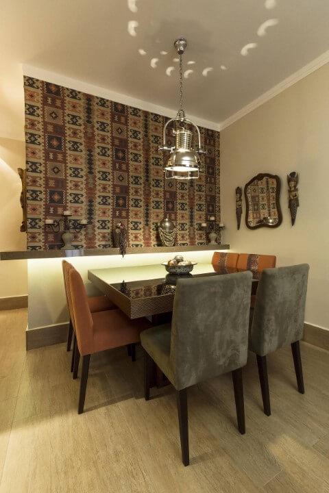 Sala de jantar com papel de parede 3D de tapete Projeto de Vinicius de Mello