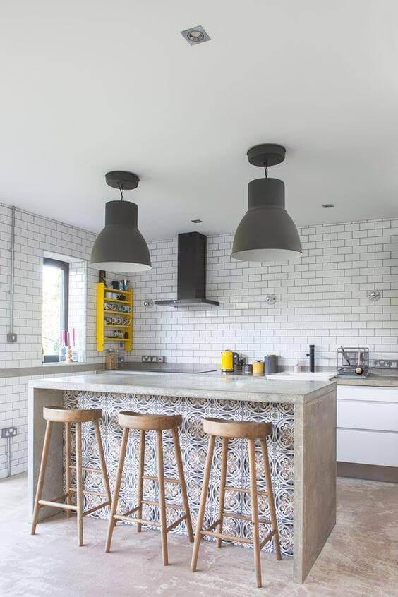 Cozinha com papel de parede de azulejo