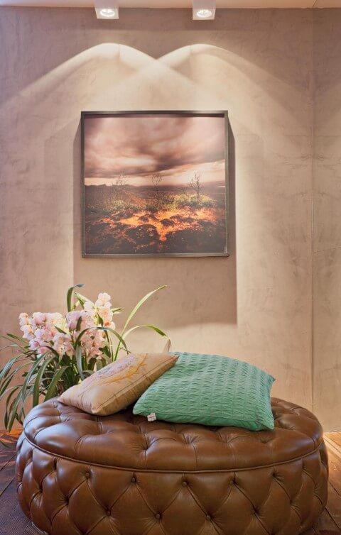 Puff redondo grande de couro com almofadas Projeto de Mariana e Thaysa