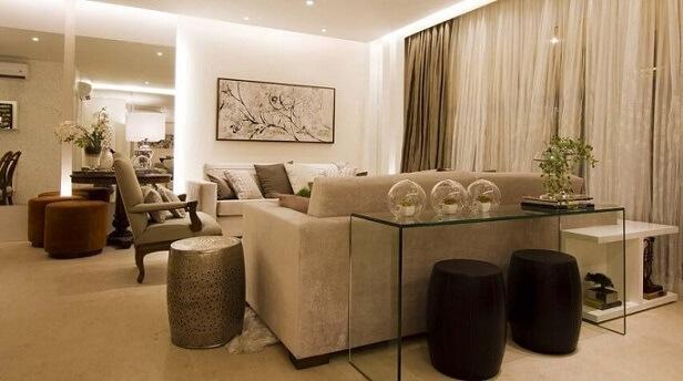 Sala de estar com puff redondo marrom Projeto de Cilene Monteiro Lupi