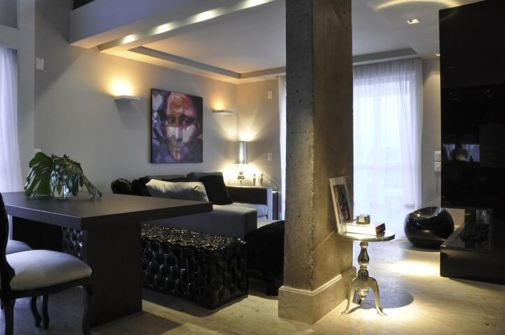 Sala de estar com puff redondo preto Projeto de Luiz Humberto de Albuquerque