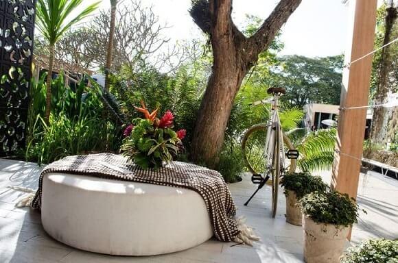 Varanda com puff redondo branco Projeto de Casa Cor SP 2017