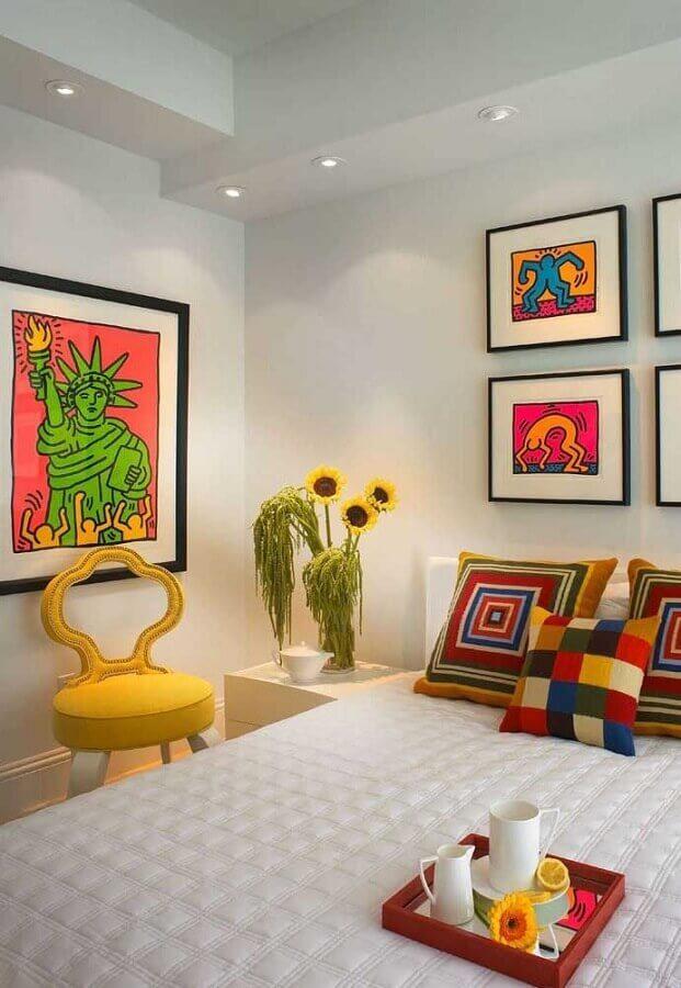Decoração com almofadas e quadros coloridos para quarto de casal branco Foto Decor Fácil