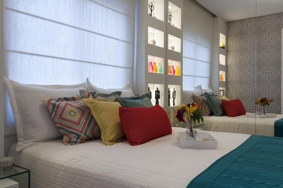 Almofadas diferentes para decoração de quarto colorido de casal Foto Adriana Fontana